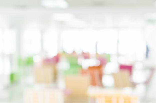 近代的なビジネスビルコミュニティ図書館のぼやけた明るくカラフルな共同作業スペース Premium写真