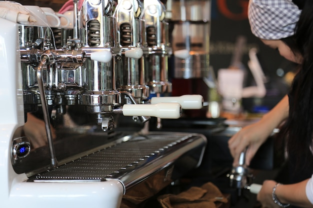 Бариста готовит кофе Premium Фотографии