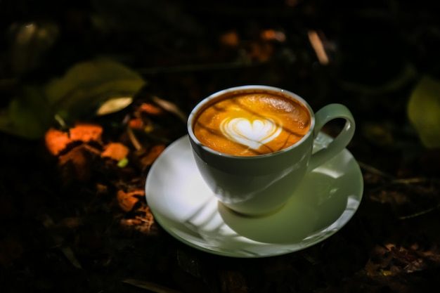 Кофе латте на полах из светлого дерева Premium Фотографии