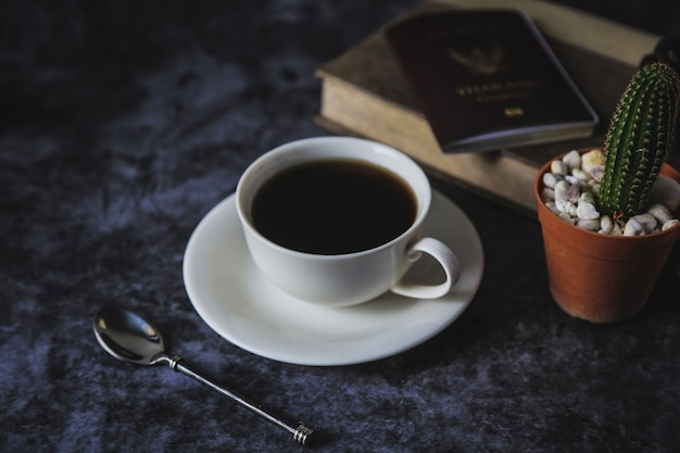 Черный кофе в белой кофейной чашке и кактусе Premium Фотографии