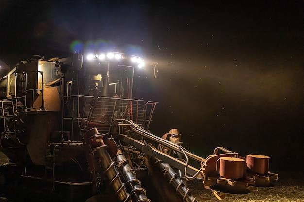サトウキビ収穫プランテーションの夜 Premium写真