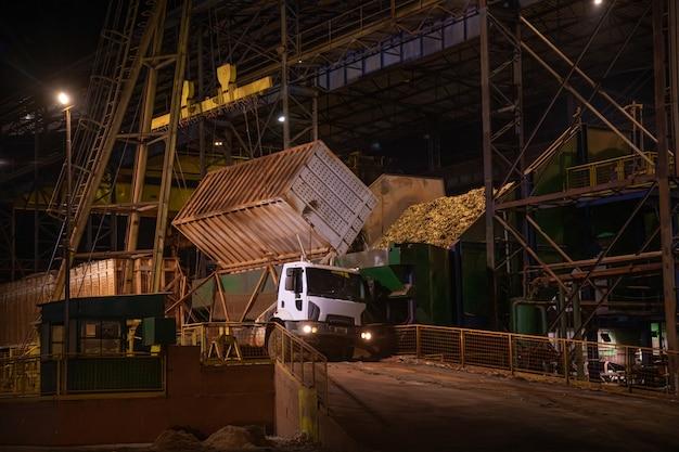 工場サトウキビ夜産業トラック Premium写真