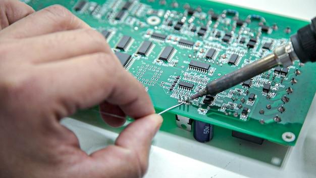 手動電子機器のはんだ付けとオシロスコープのテスト Premium写真