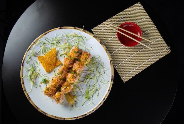 Японская еда вкусный лосось урамаки суши с рисом Premium Фотографии