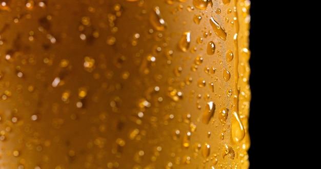 新鮮な注がれたビールの詳細マクロ上の液滴 Premium写真