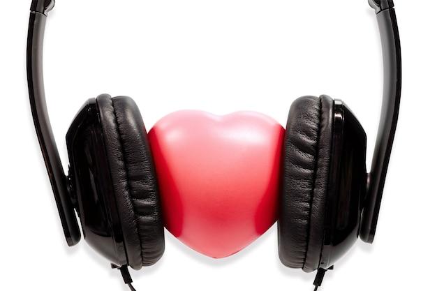 コンセプトヘッドフォン、クリッピングパスで、白い背景に隔離された心臓。 Premium写真
