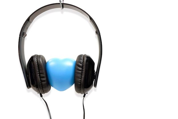 愛の概念ヘッドフォンは、白の背景に隔離されて Premium写真