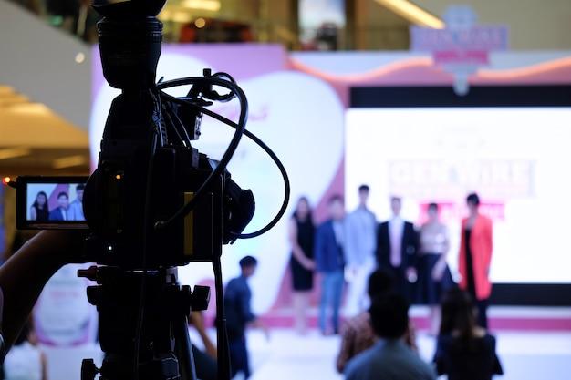 ステージでのイベント内の写真家のビデオ録画活動 Premium写真
