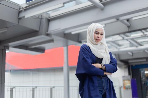 ヒジャーブを着ているイスラム教徒の美しい女性の肖像画。 Premium写真