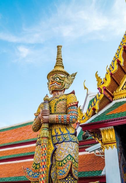 タイ、バンコクの有名なエメラルド寺院の巨人 Premium写真