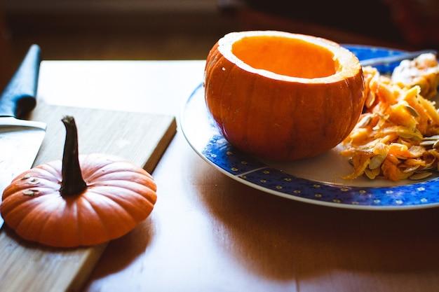ハロウィーンのカボチャを彫る 無料写真