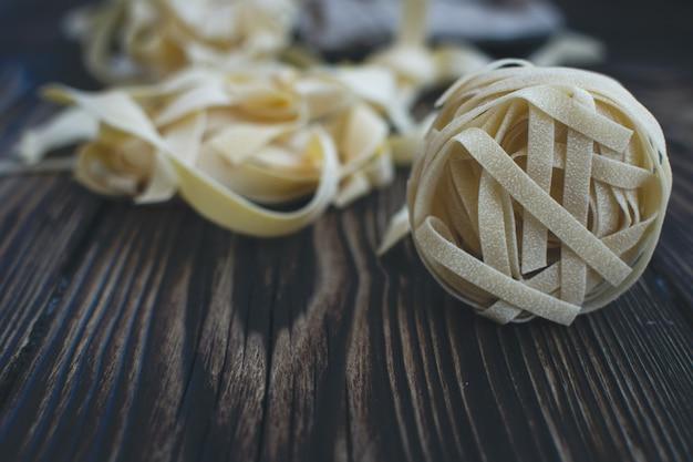 木製の背景にパスタタリアテッレの詳細 無料写真