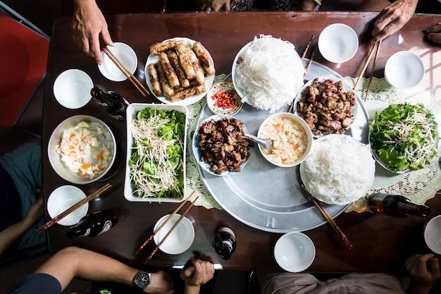 ベトナムの伝統的な食べ物に家族と祝う 無料写真