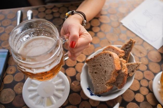 ビールを飲む女の子 無料写真