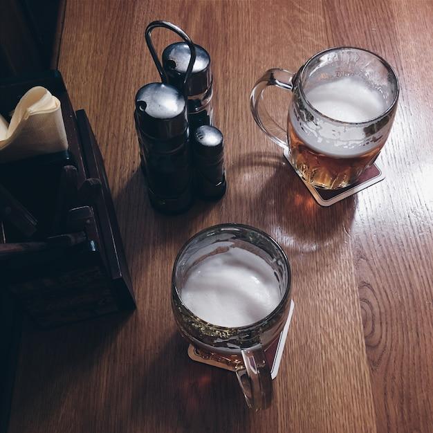 レストランでビールを持っている 無料写真