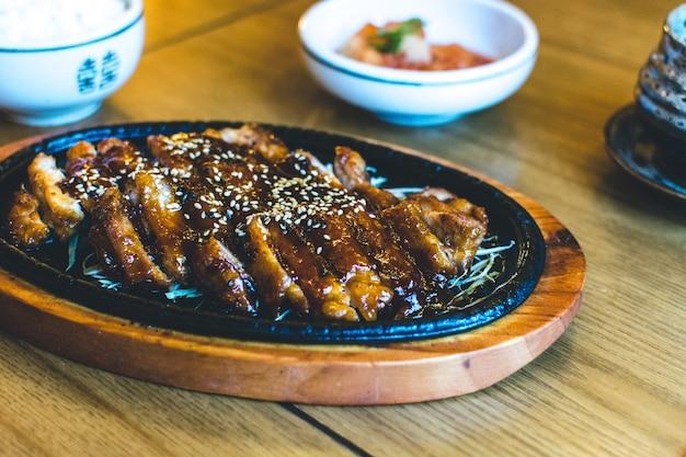 韓国産クリスピーアヒル、蜂蜜ソースとゴマ 無料写真