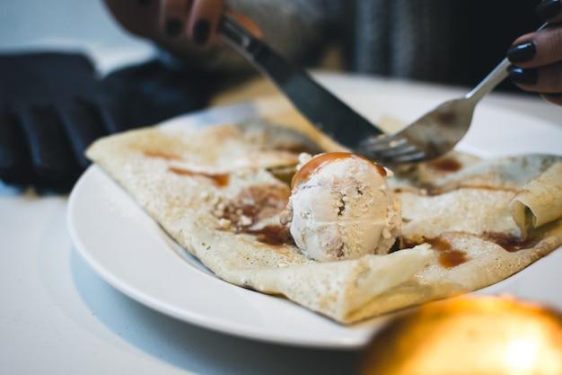 Блин с мороженым и карамелью Бесплатные Фотографии