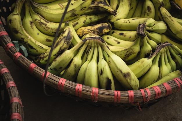 バスケットで熟したバナナ 無料写真