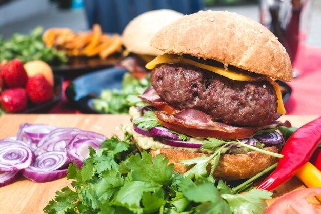 オーガニック食材を使用したカラフルなハンバーガーバーベキュー 無料写真