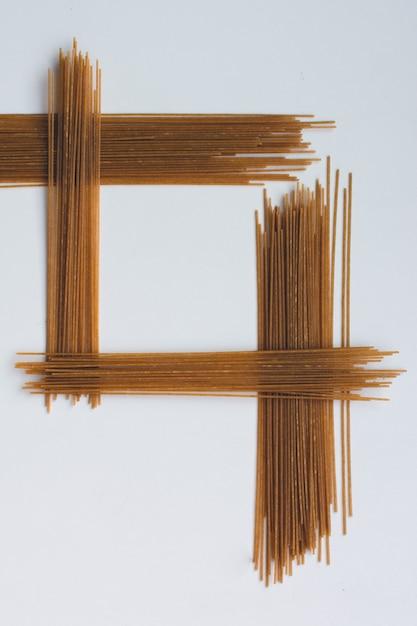 白い背景に対称パスタスパゲッティ 無料写真