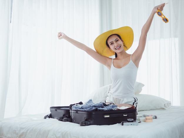 Азиатская красивая женщина готовит сумки для отпуска Premium Фотографии