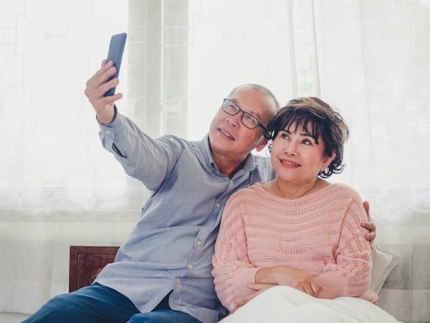 老夫婦は一緒に写真を撮っている Premium写真