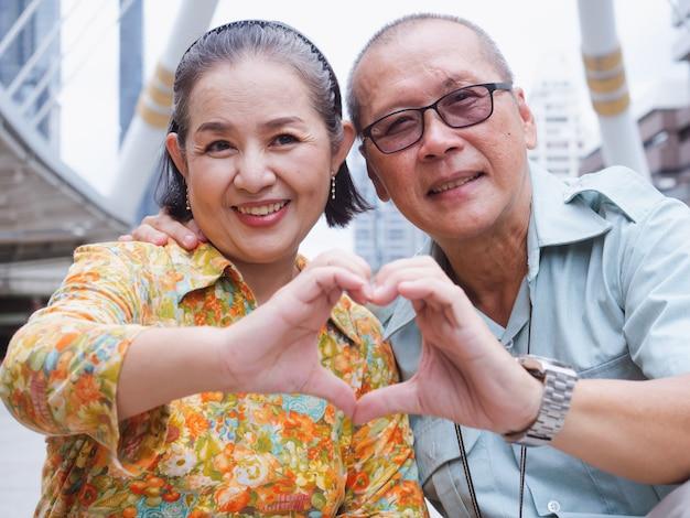 Пожилые пары вытирают пот вместе, уставшие Premium Фотографии