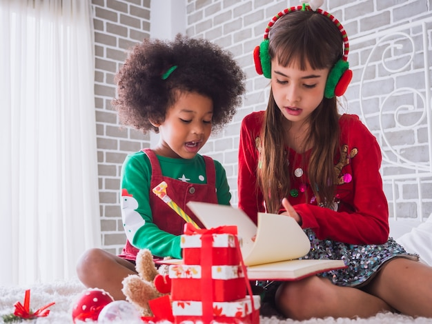 国際的な子供とのメリークリスマスとハッピーホリデー Premium写真