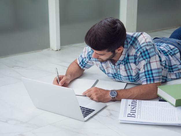 若い男が在宅勤務 Premium写真