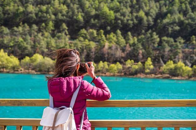 若い女性旅行者、中国の青い月の谷で美しい自然を探して旅行ライフスタイルのコンセプト Premium写真