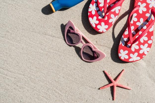 Солнцезащитные очки и флип-флоп на белом песчаном тропическом пляже, летние каникулы и концепция путешествий Premium Фотографии