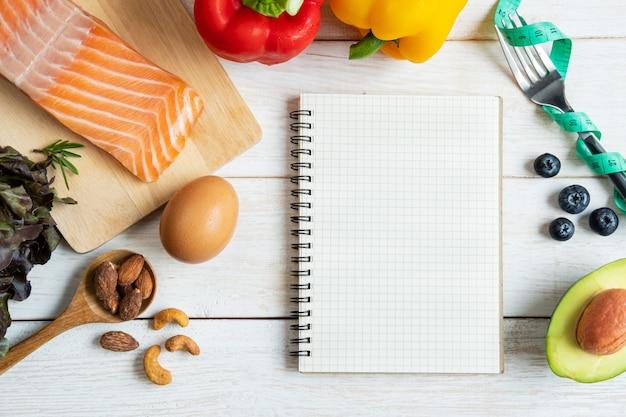 ノートブックとコピースペース、ケトジェニックダイエットコンセプト、トップビューで健康的な食事 Premium写真
