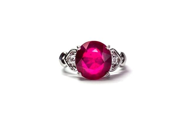 白い背景に結婚指輪ルビーの宝石 Premium写真