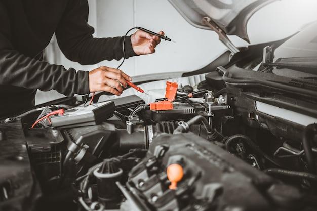 自動車修理の自動車修理工の技術者の手 Premium写真