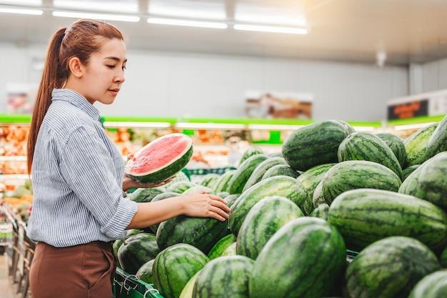 アジアの女性の買い物健康食品 Premium写真