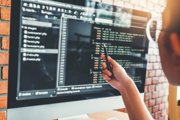 コンピューターコードを読む集中プログラマーの開発開発ウェブサイトのデザイン Premium写真