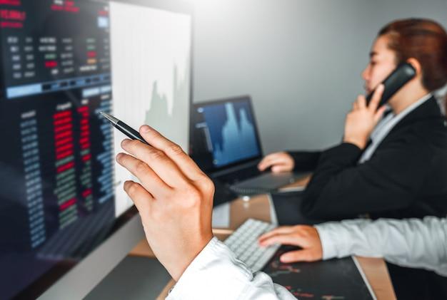 Бизнес команды сделки инвестиционный фондовый рынок обсуждает график биржевой торговли фондовые трейдеры Premium Фотографии