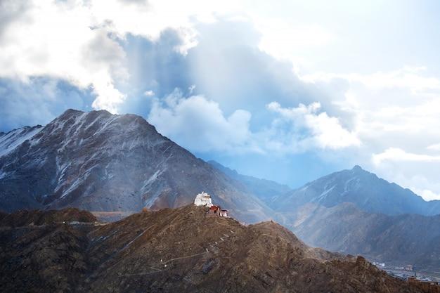 インド、ラダックのレーの風景ナムギャルツェモゴンパのビュー Premium写真