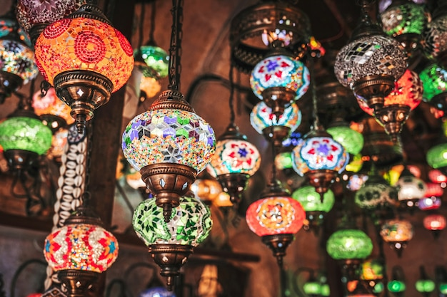 Удивительные традиционные турецкие светильники ручной работы в местном сувенирном магазине гереме. Premium Фотографии