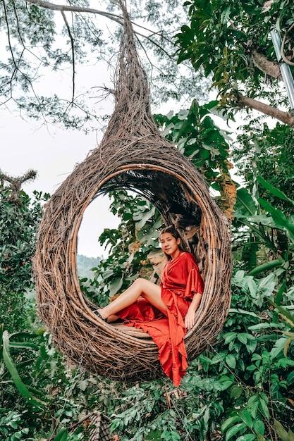 自然、バリ島、インドネシアで楽しんで若い幸せな女 Premium写真