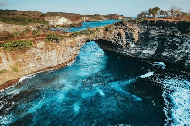 風景ビュー壊れたビーチ、ヌサペニダ島バリ、インドネシア Premium写真