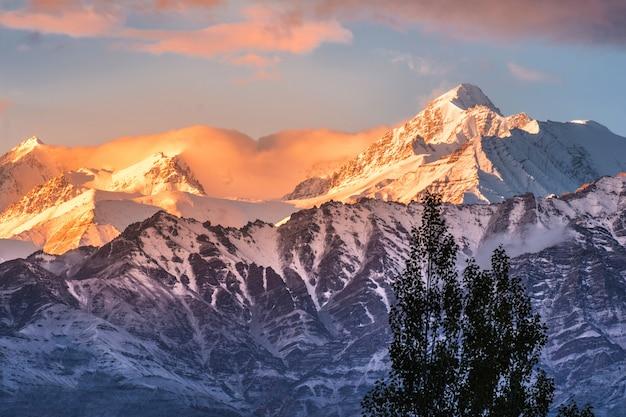 Снежная гора вид на район лех ладакх, северная часть индии Premium Фотографии