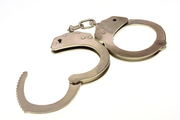 白い背景に分離された金属の手錠 Premium写真