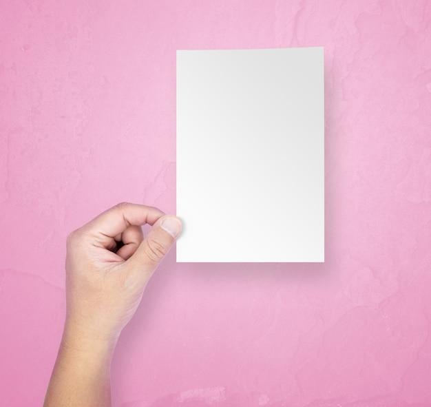 Мужские руки держат чистый лист бумаги Premium Фотографии