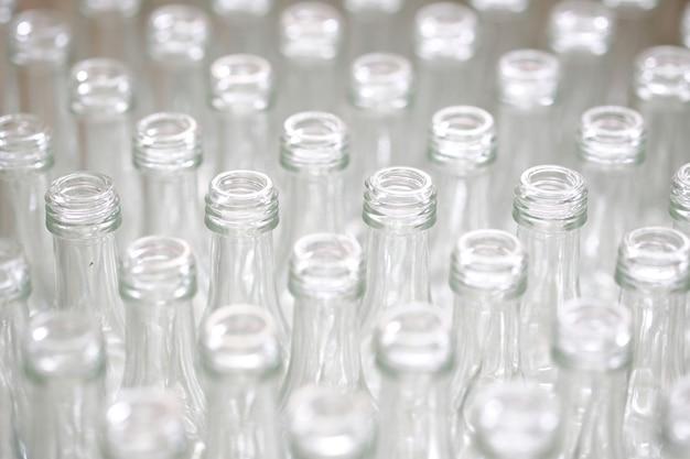 工場で空のガラス瓶。 Premium写真