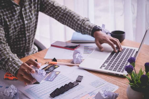 ラップトップ、ホームオフィスで忙しいデスクを使用して忙しいビジネスマンのオフィスのテーブル。 Premium写真