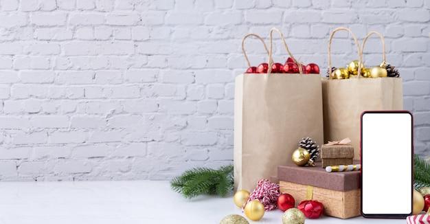 Пустой экран на мобильный, смартфон, мобильный телефон с рождественские украшения. Premium Фотографии