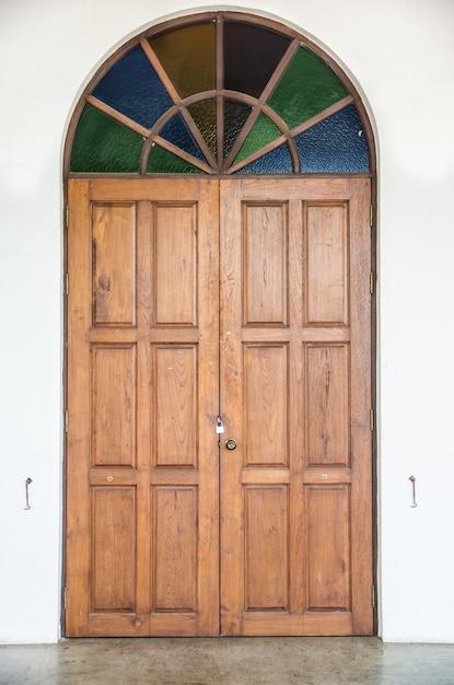 カラフルなガラスの古いドア Premium写真