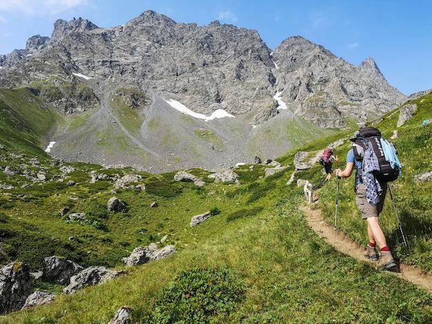 Кавказские горы возле рошки. чаухский массив и озера абуделаури. Premium Фотографии