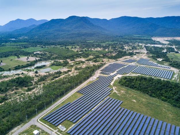 Солнечная ферма, солнечные панели от антенны, таиланд Premium Фотографии